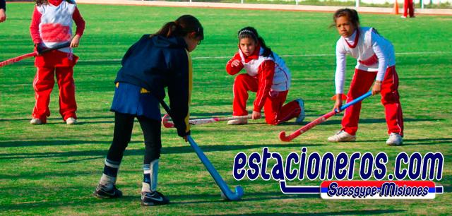 Hockey sobre cesped para niñas de 6 a 12 años en la Escuela de formación Deportiva del Soesgype.